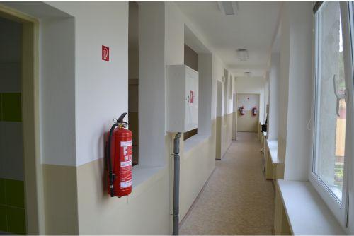 hasiace prístroje na chodbách